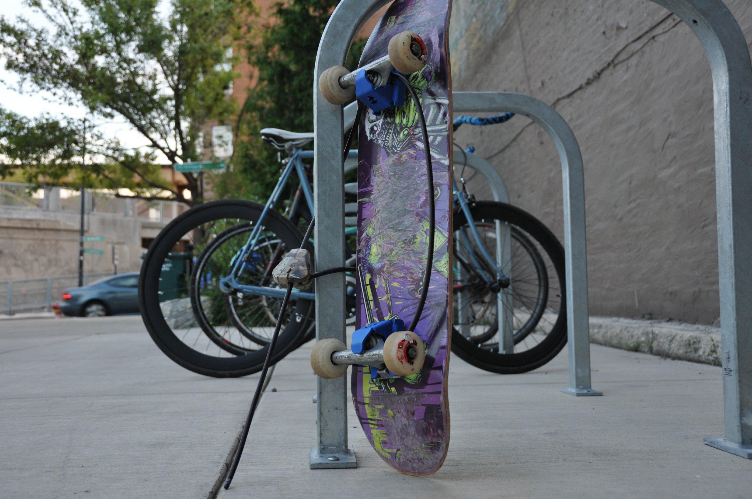 Accroche Velo destiné accrocher son skateboard à son bike, c'est possible