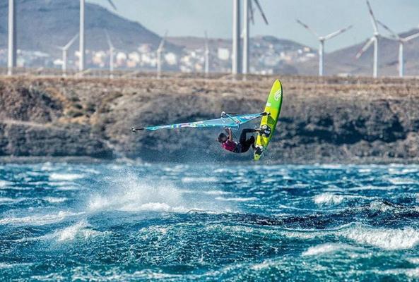 Alice en action sur les vagues de Pozo @fishbowldiaries