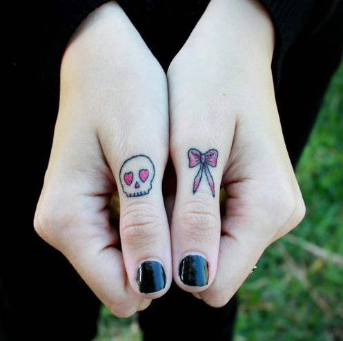 skull-tattoos-doigt