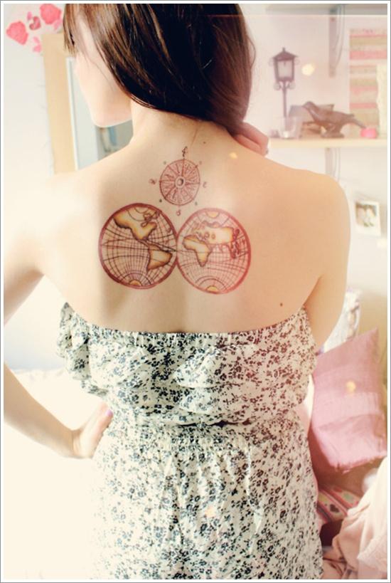 tatouage-rose-des-vents-femme-dos-rouge