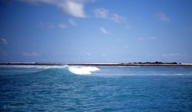 Deux vagues encadrent la passe qui mène à l'immense banc de sable de Chaloupe et son immense lagon
