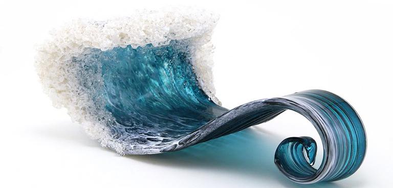 zoom sur ces sculptures de verre en forme de vague. Black Bedroom Furniture Sets. Home Design Ideas